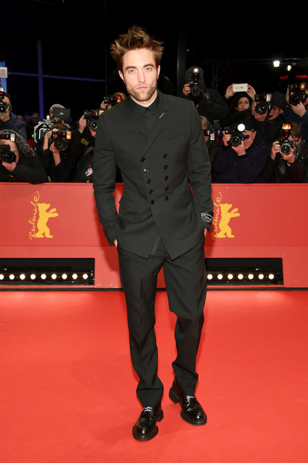 De Dior Homme Robert Pattinson Pisa La Alfombra Roja Del Berlinale Para La Premiere De Dumsel