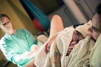 ¿Deben los profesionales ayudar para que salga la placenta o es mejor dejar que salga sola?
