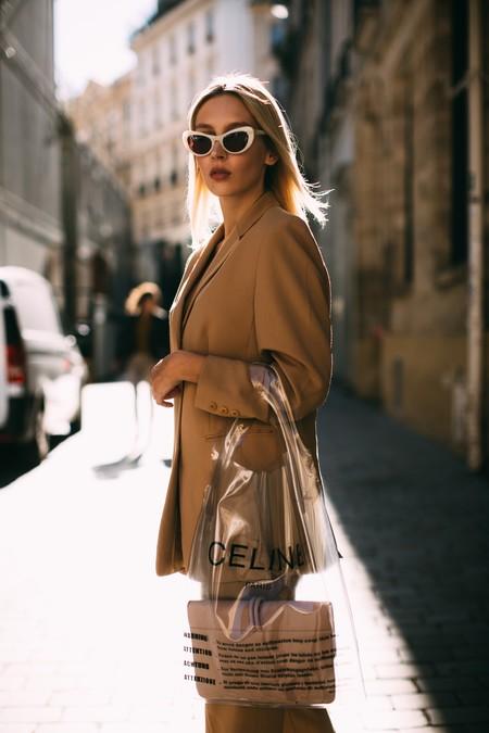 Llegó la hora de atreverse, un bolso transparente dará un aspecto ultrafashion a tu look de verano