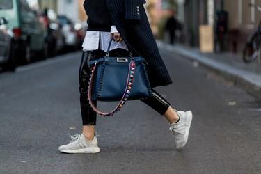 Las asas de los bolsos coparán todo el protagonismo del outfit en 2017