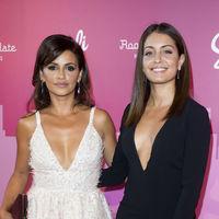 Hiba Abouk y Mónica Cruz se convierten en las auténticas protagonistas de la noche compartiendo escotazo