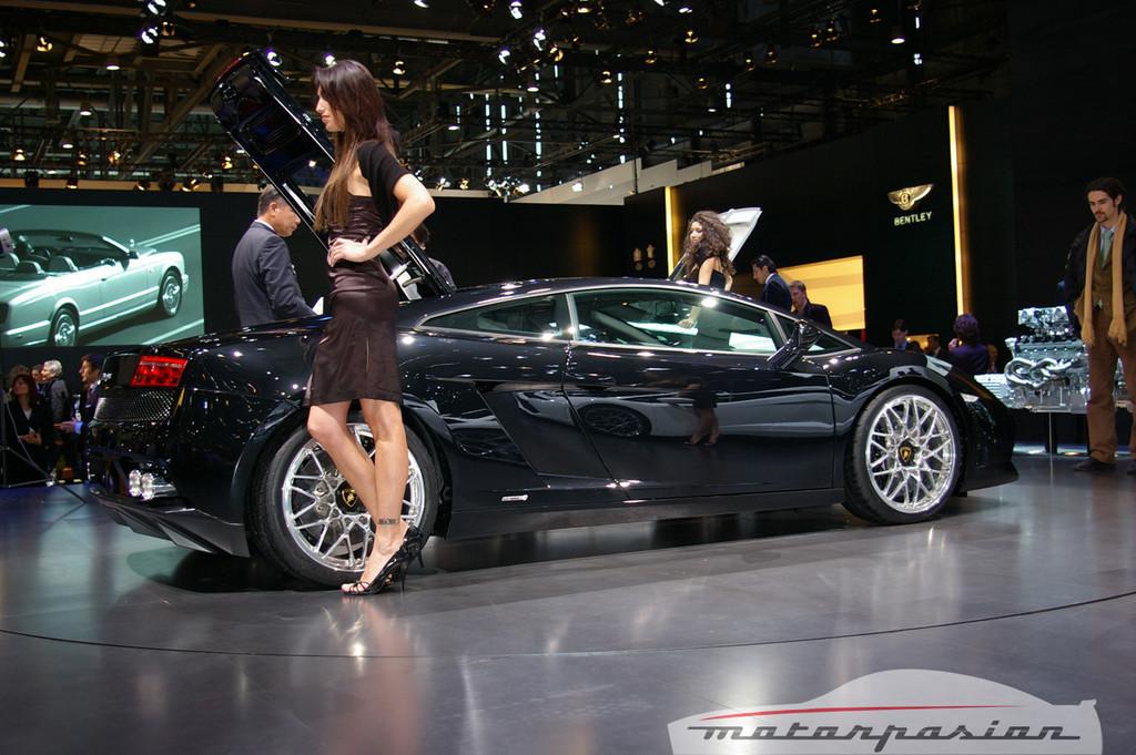 Foto de Lamborghini Gallardo LP560-4 en el salón de Ginebra, y muy bien acompañado (11/26)