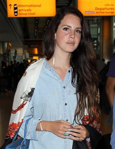 Sí, es ella, Lana del Rey (aunque ni ella ni sus looks lo parezcan)