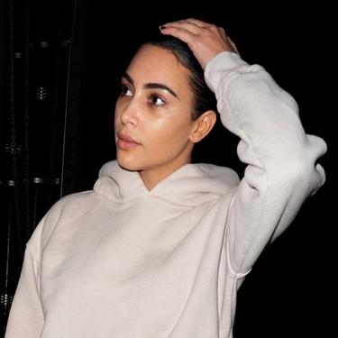 Kim Kardashian al natural, con un chándal beige, sin gota de maquillaje y con un bolsazo de Hermès