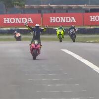 Fail, nivel: perder la carrera por celebrar la victoria antes de tiempo en el campeonato de Superbikes brasileño