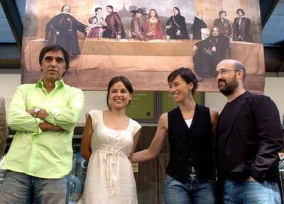 El equipo de la película visita una exposición sobre el Madrid de 'Alatriste'