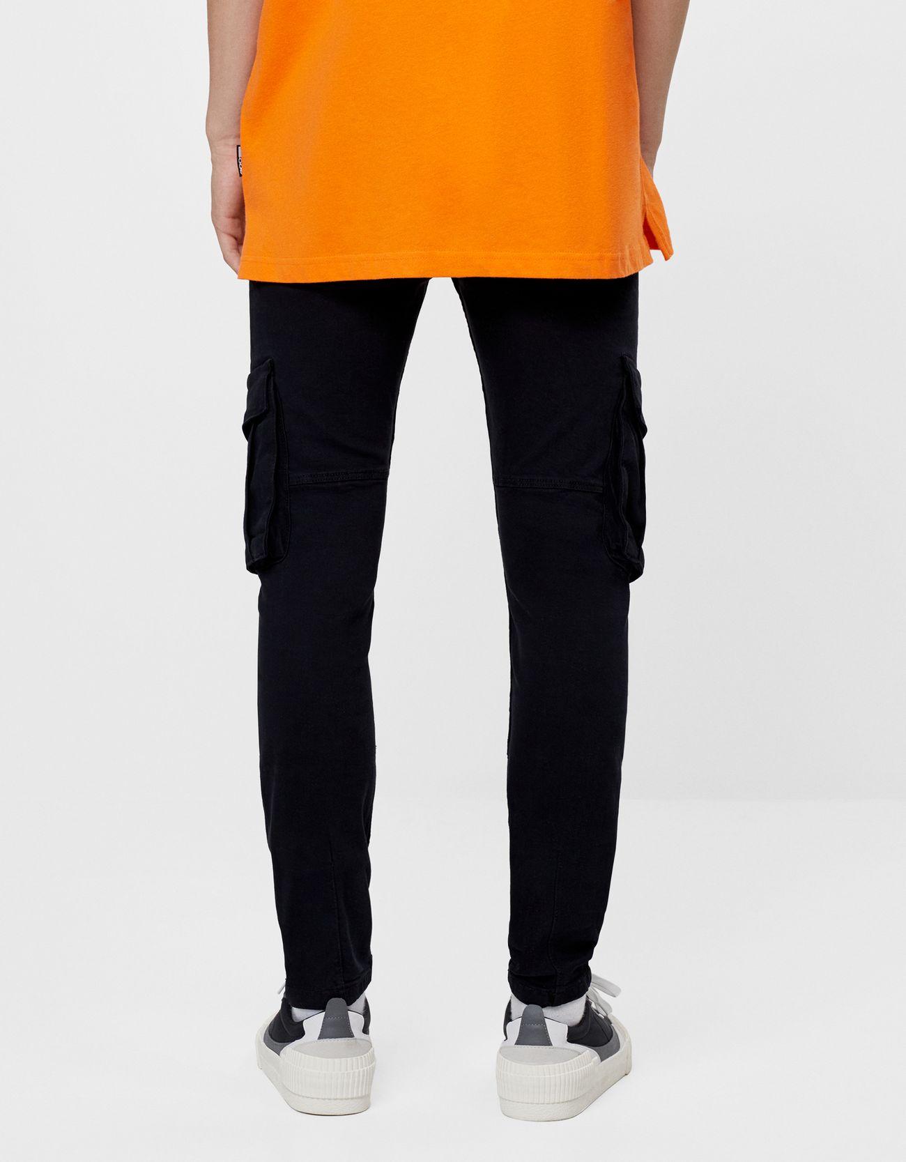Jeans pitillo con bolsillos cargo