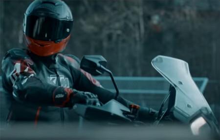 La nueva KTM 1290 Super Adventure viene dispuesta a todo, o eso nos hace pensar KTM con un teaser ¡en circuito!
