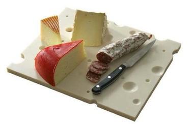 Una tabla para cortar y servir quesos