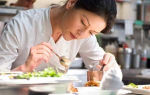 Catherine Zeta-Jones pasa inadvertida como camarera