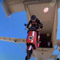 El scooter eléctrico más rápido del mundo es este NIU, aunque para alcanzar los 241 km/h lo han tirado desde un avión