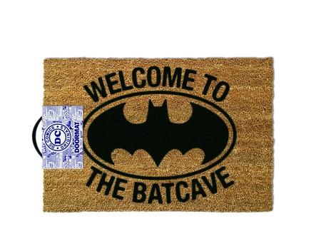 Demuestra en el rellano quien es el verdadero Batman con este felpudo Welcome to the batcave 40 x 60 cm por sólo 16,39 euros
