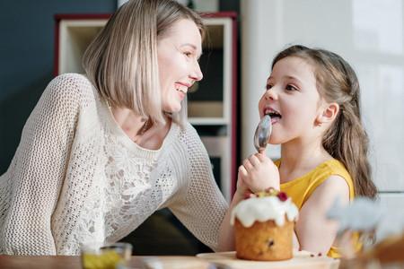 Siete recetas de bizcochos y magdalenas fáciles de hacer para sorprender a mamá en el Día de la Madre