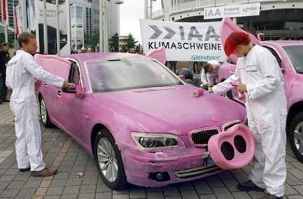 Greenpeace lleva sus coches rosa al salón de Frankfurt