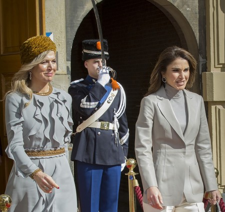 ¿El gris aburrido? No para unas primeras damas como Rania de Jordania y Máxima de Holanda
