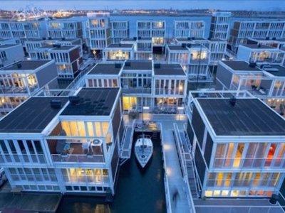 Escuelas, tiendas, restaurantes e incluso playas son 'casas flotantes' en el Distrito del Agua de Ámsterdam