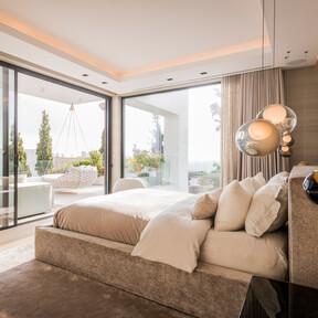 Materiales nobles y soluciones a medida en esta lujosa casa de cinco dormitorios en Marbella