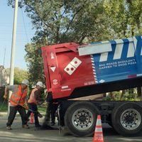 Domino's Pizza está reparando baches para salvar sus pizzas (y queremos que su campaña llegue a México)