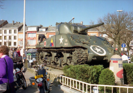 Tanque Sherman junto con una estela de la Carretera de la Libertad en Bastoña