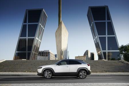 Probamos el Mazda MX-30: el primer coche eléctrico de Mazda llega con buenas intenciones pero sólo 200 km de autonomía