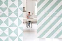 Un gráfico y colorido sistema modular para decorar tus puertas y paredes