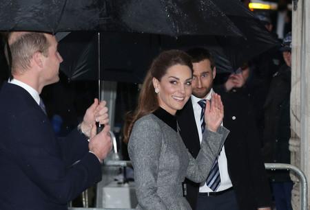 Kate Middleton luce un look en gris como perfecta alternativa al negro en el homenaje a las víctimas del Holocausto