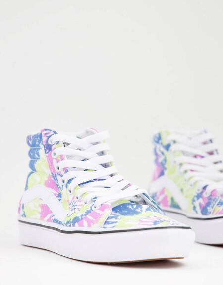 Las zapatillas con el estampado más trendy son de Vans y tienen descuento extra en Asos
