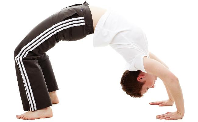 Flexibilidad laboral, mujer haciendo pino puente
