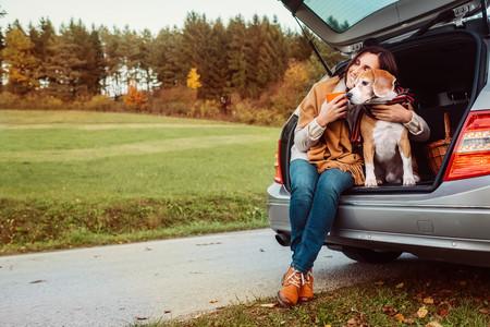 Mujer abrazada a perro