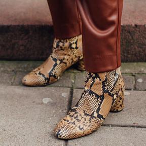 Rompe con la sencillez de los looks de entretiempo con unos botines de estampado de serpiente
