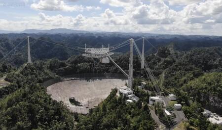 El Observatorio Arecibo ha colapsado: la plataforma de 900 toneladas del gran radiotelescopio no espera a su demolición y se viene abajo