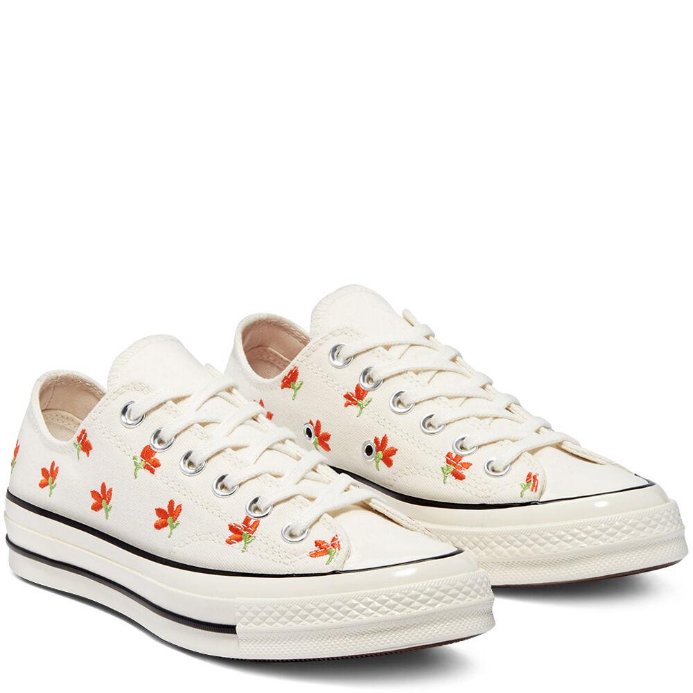 Zapatillas bajas con estampado bordado de florecitas