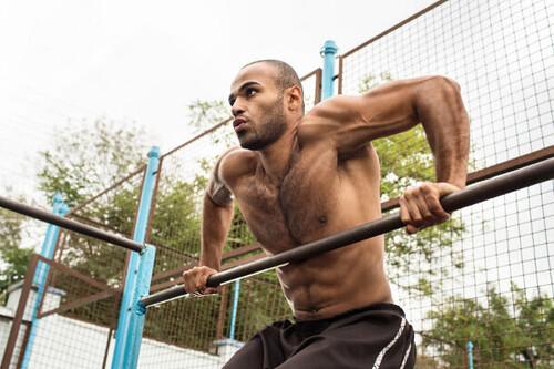 En forma entrenando en el parque: una rutina con cinco ejercicios que no te llevará más de 30 minutos