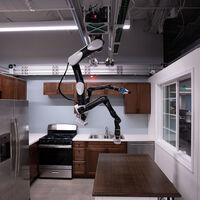 El último robot de Toyota se cuelga del techo para no ocupar espacio mientras hace tareas del hogar