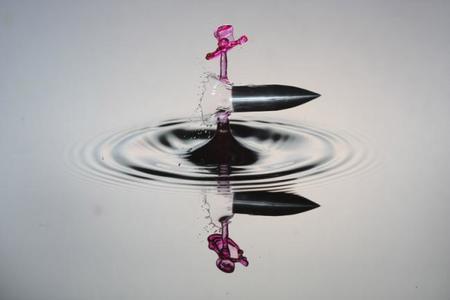 El arte de las fotografías de una bala atravesando gotas de agua