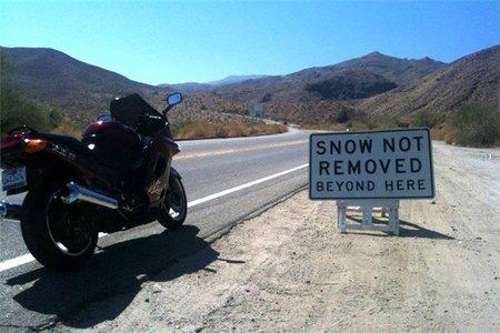 Señales de tráfico olvidadas en la carretera o tácticas de concienciación ecológica