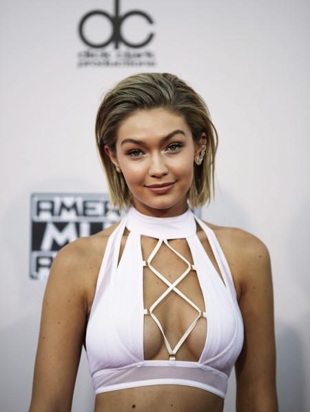 ¿Demasiadas aberturas? Gigi Hadid se atrevió con todo en los American Music Awards 2015