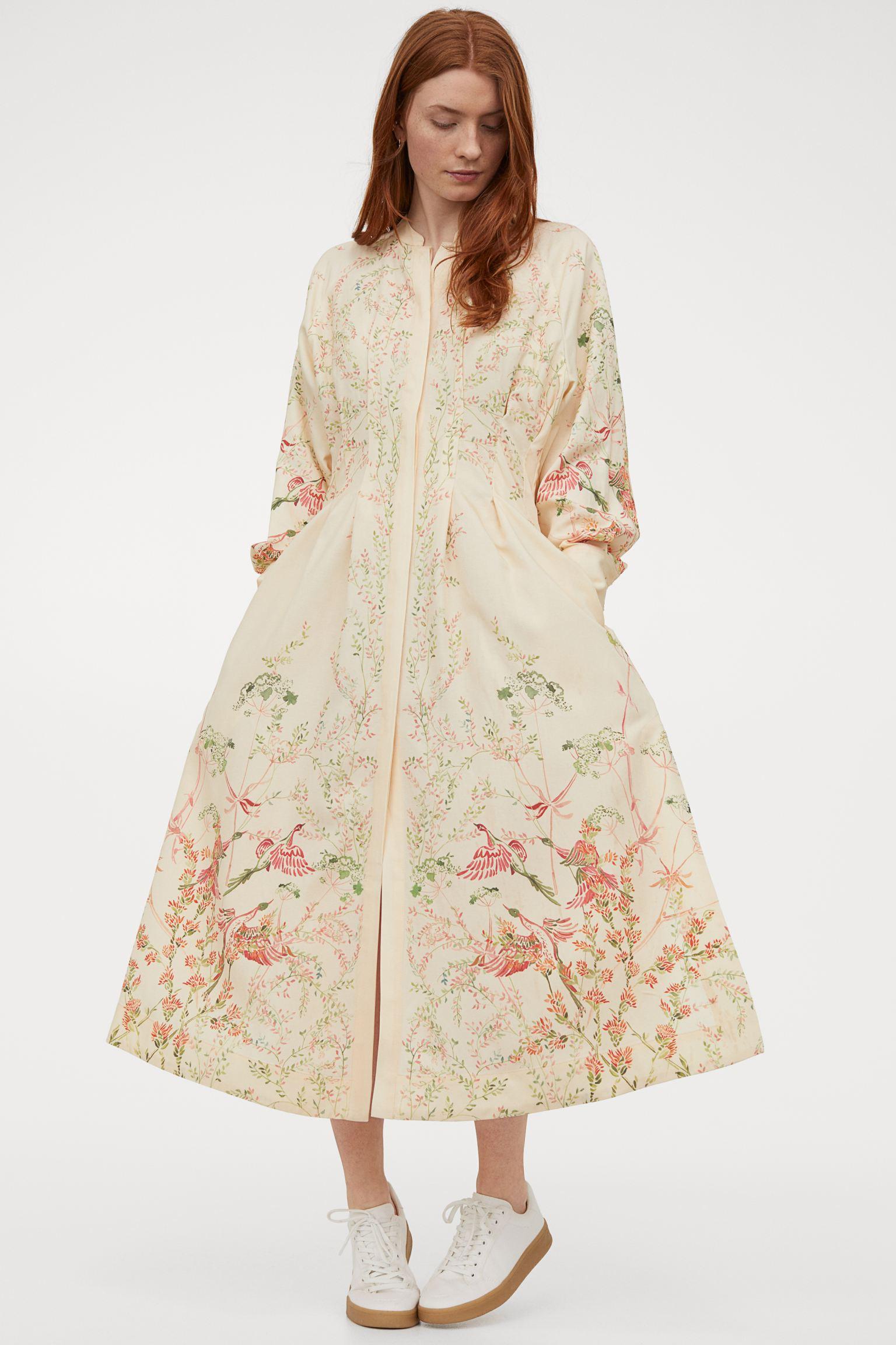 Vestido largo en tejido vaporoso de mezcla de lyocell y lino con pliegues y cintura definida.