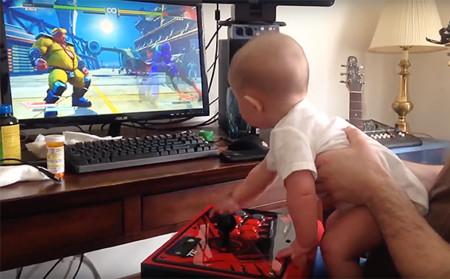 Un bebé de 6 meses se pasa el modo historia de Street Fighter V, literalmente