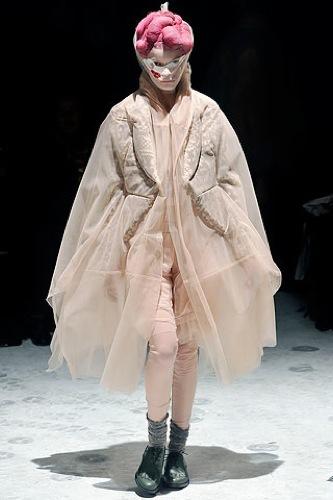 Comme des Garçons Otoño-Invierno 2009/2010 en la Semana de la Moda de París, abrigo