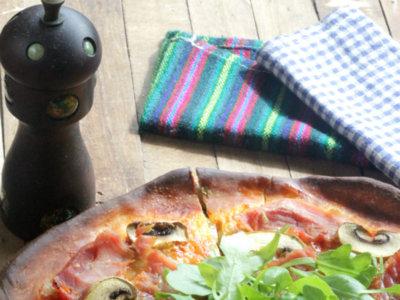 Pizza de lacón con champiñones y rúcula. Receta