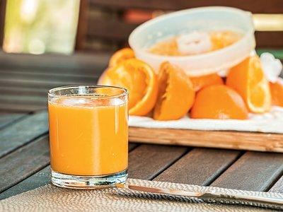 Jugo de naranja más dañino que un refresco: estudio
