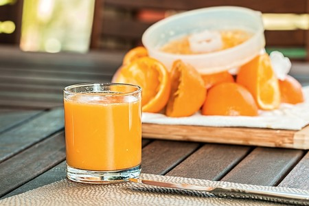 Beber jugo de naranja en exceso podría ser igual de dañino que beber un refresco: estudio