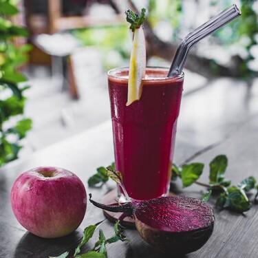 Jugo detox: manzana y betabel con agua de coco. Receta fácil para empezar enero