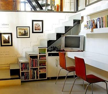 Una televisión bajo las escaleras