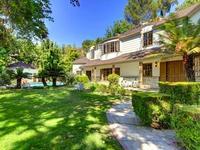 Exteriores de lujo, mucha luz y un toque mint en la nueva casa de Scarlett Johansson en Los Angeles