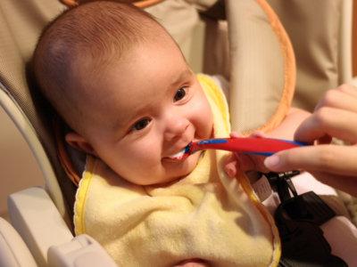 Expertos en nutrición alertan de que los padres tardan mucho en ofrecer comida no triturada a los bebés