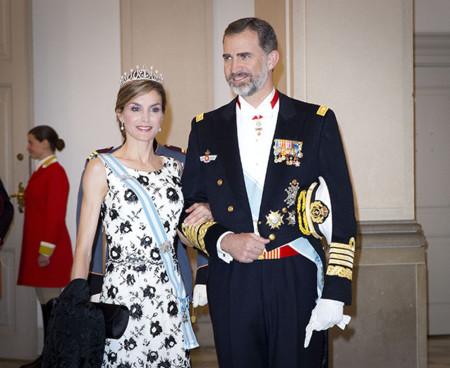 """La reina Letizia (muy española) eclipsa en terreno danés con un """"black & white"""" estupendo, y encima, ¡estrena tiara!"""