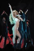 Los mil y un cambios de look de Lady Gaga en el escenario de los MTV VMA 2013