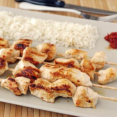 Brochetas de pollo marinadas con yogur griego y harissa: receta ligera pero con mucho sabor